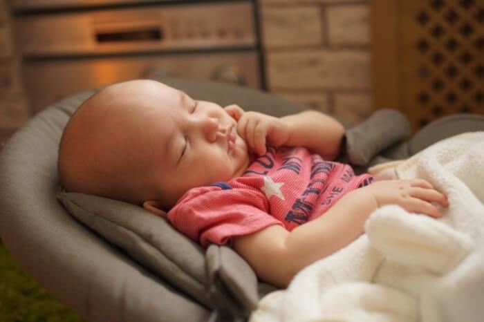 Bebé descansando en hamaca