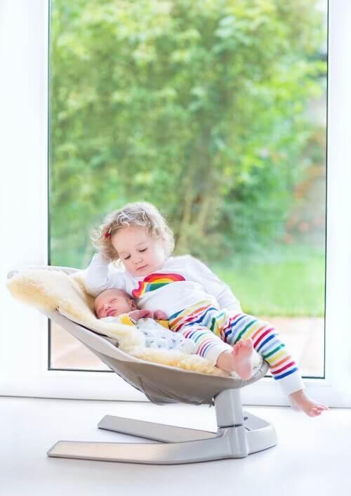 Hamaca con bebé y hermana