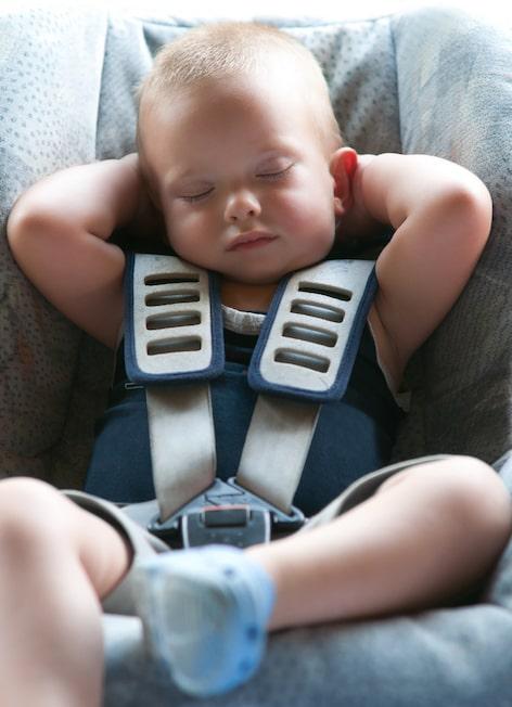 niño en silla dormido