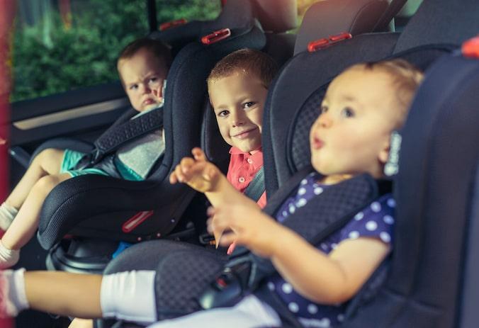 niños en sillas de coche