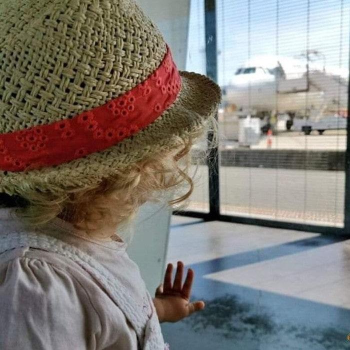niño antes de embarcar