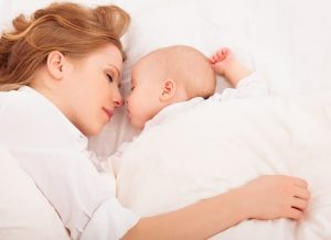 Colecho madre y bebe durmiendo