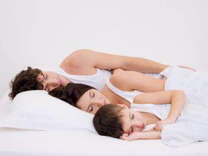 Colecho padres e hijo durmiendo