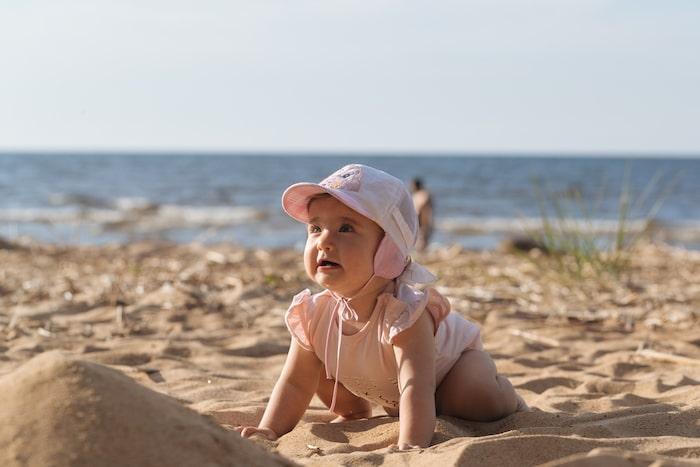 niña bien protegida del sol
